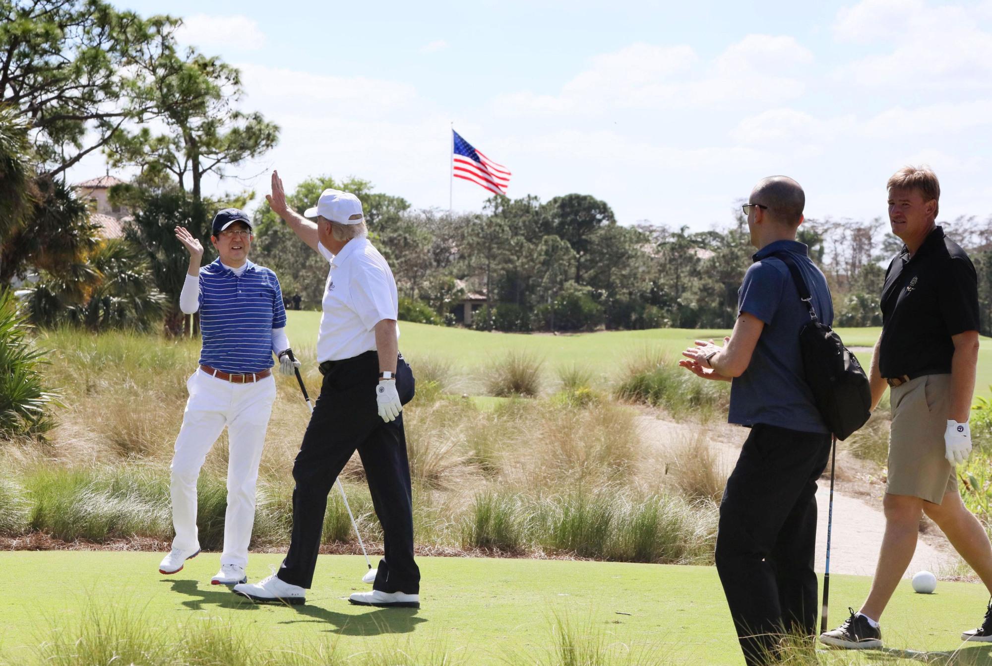 Abe gioca a golf con Trump e cade