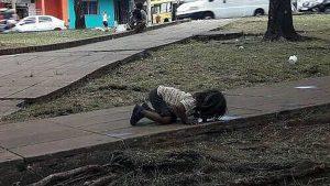 Argentina bambina pozzanghera