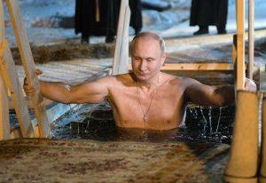 Epifania ortodossa, Putin si tuffa nelle acque gelate