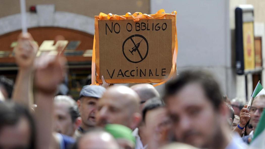 Parma, cartelloni no vax presso il Comune