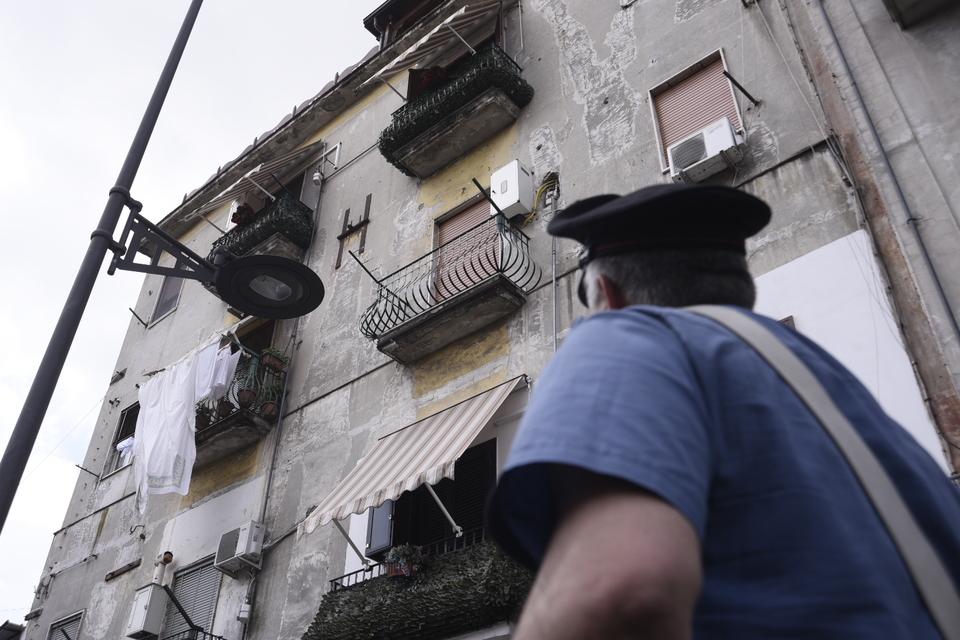 Napoli, pallottola colpisce 57enne sul balcone di casa