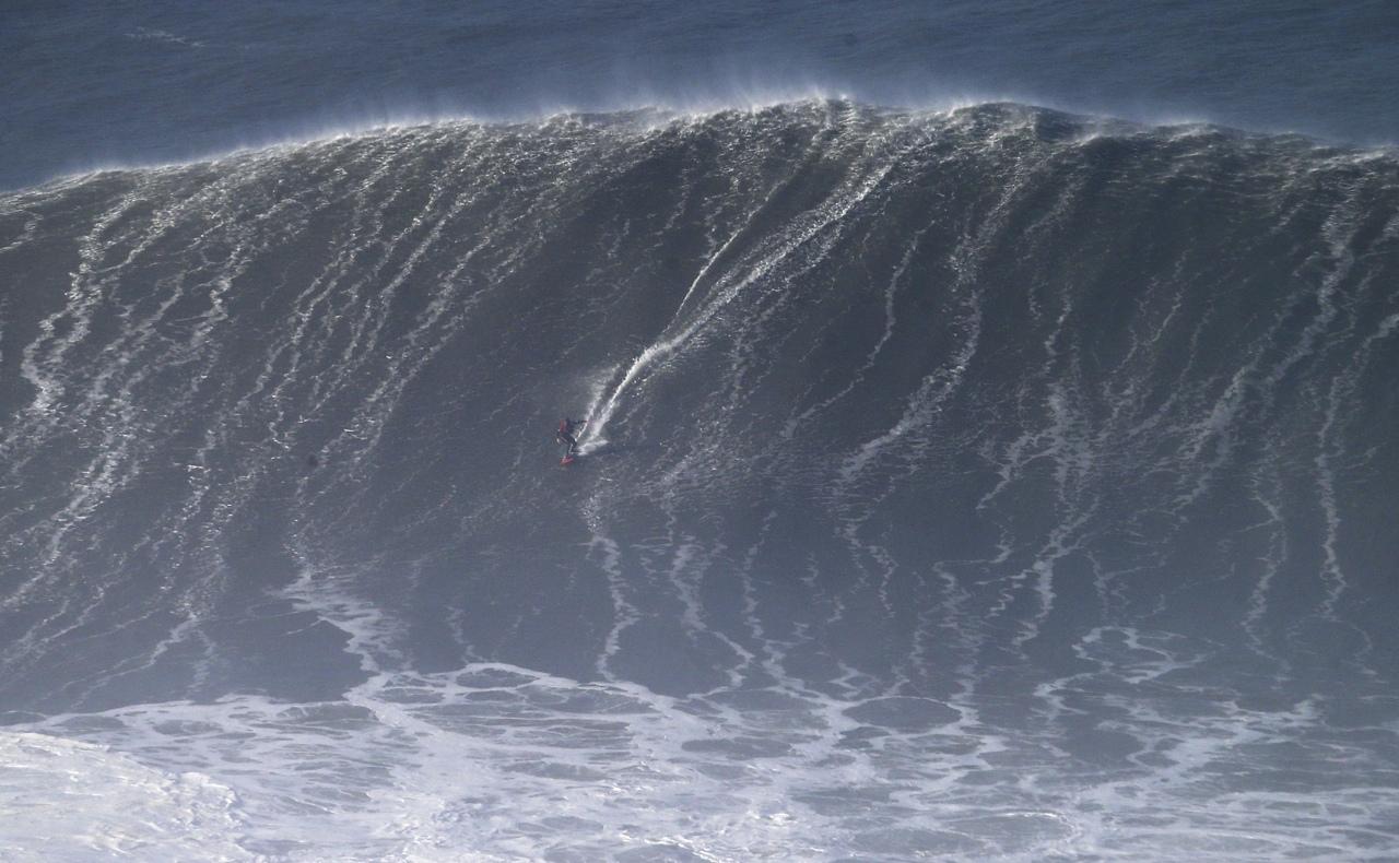 Portogallo, Hugo Vau cavalca 'Big Mama': onda di 35 metri