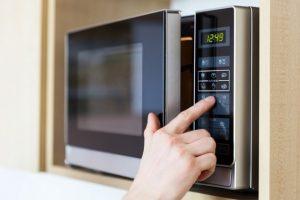 Carne scongelata al microonde non è salutare: ecco perché