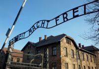 Cartello con scritta 'Arbeit Macht Frei' all'ingresso dell'officina
