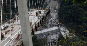 Ponte colombiano crolla e finisce nel burrone