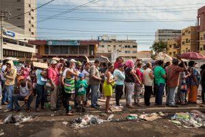 Folla venezuelana circonda e uccide mucca