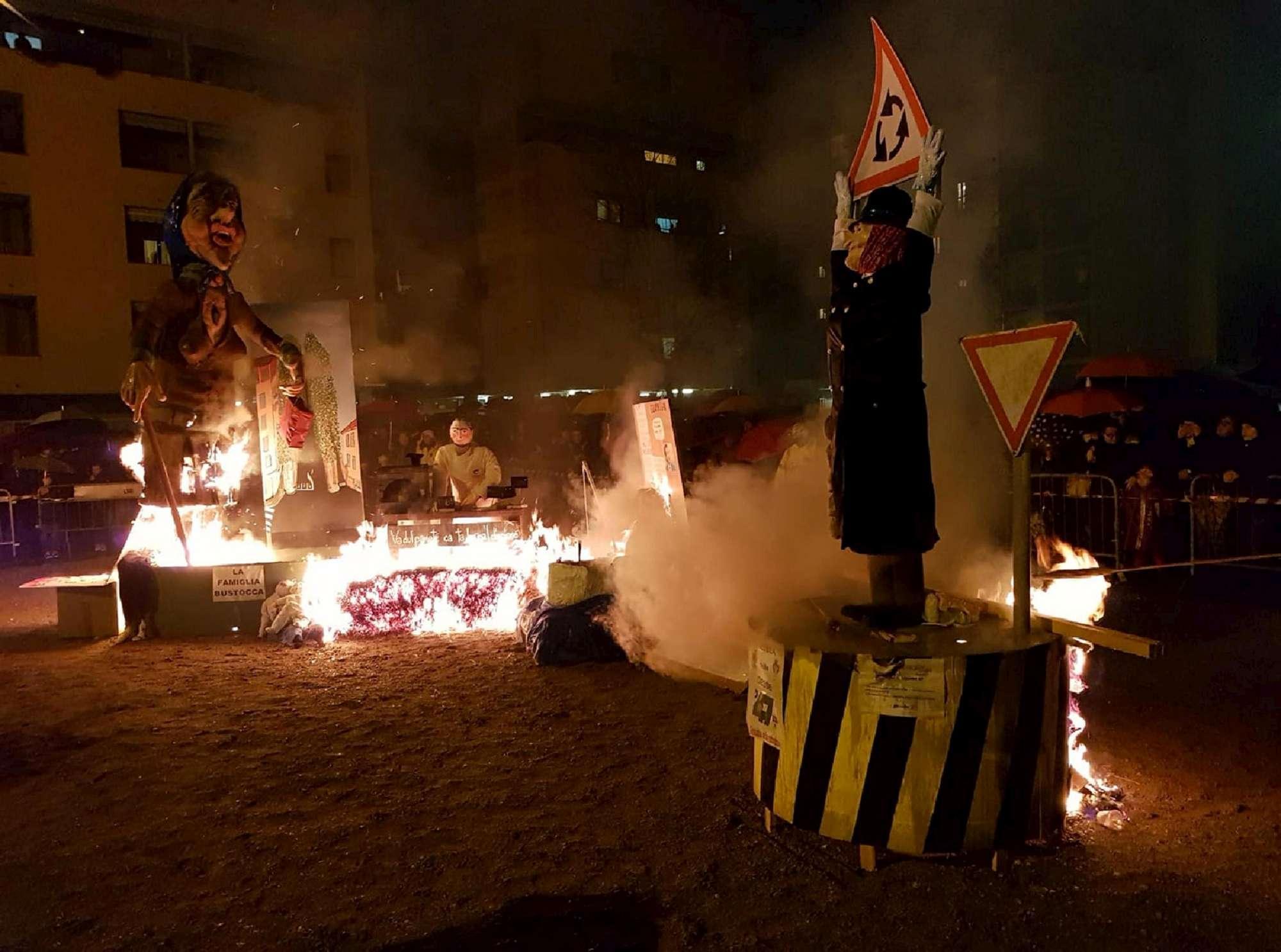 Busto Arsizio, fantoccio Laura Boldrini bruciato in piazza