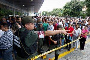 Venezuela: cittadini allo stremo, file davanti ai negozi