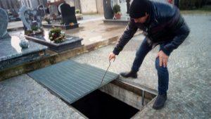 Cade nella tomba e muore: malore o disattenzione?