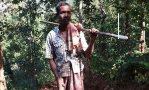 Padre indiano scava una strada con le mani