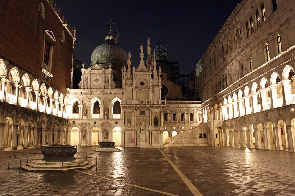 Mostra furto Venezia spilla