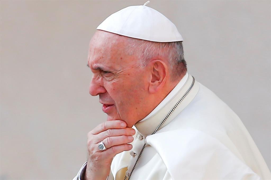 Papa Francesco: prete lo critica su Fb