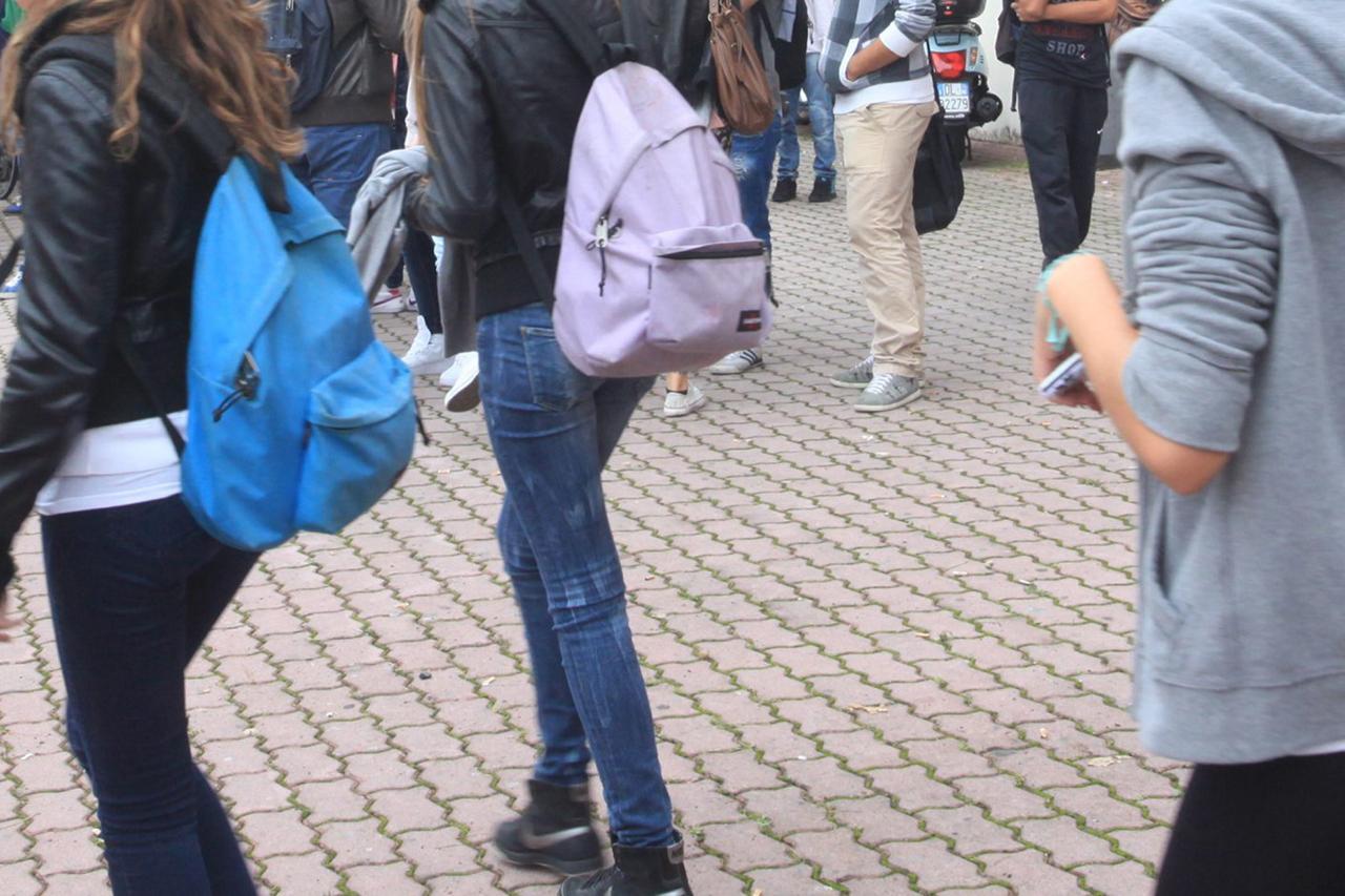 Riccione, insegnante invia file audio impudico alla studentessa
