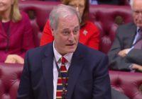 Lord-Michael-Bates-dimissioni-ritardo