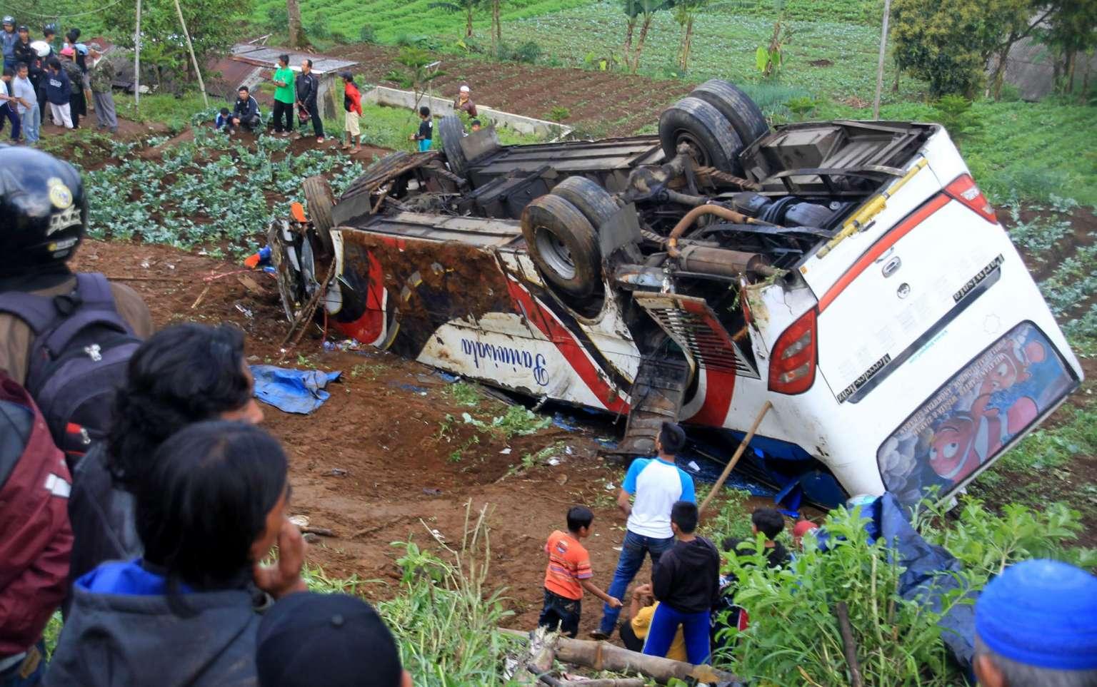 Indonesia-bus-finisce-nel-burrone-morti