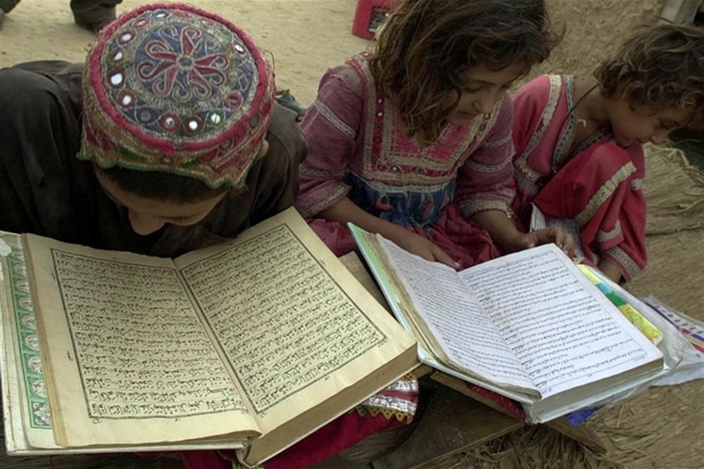 insegnante-Corano-bastonate-bambini