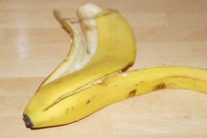 Frutta-banana-buccia-commestibile
