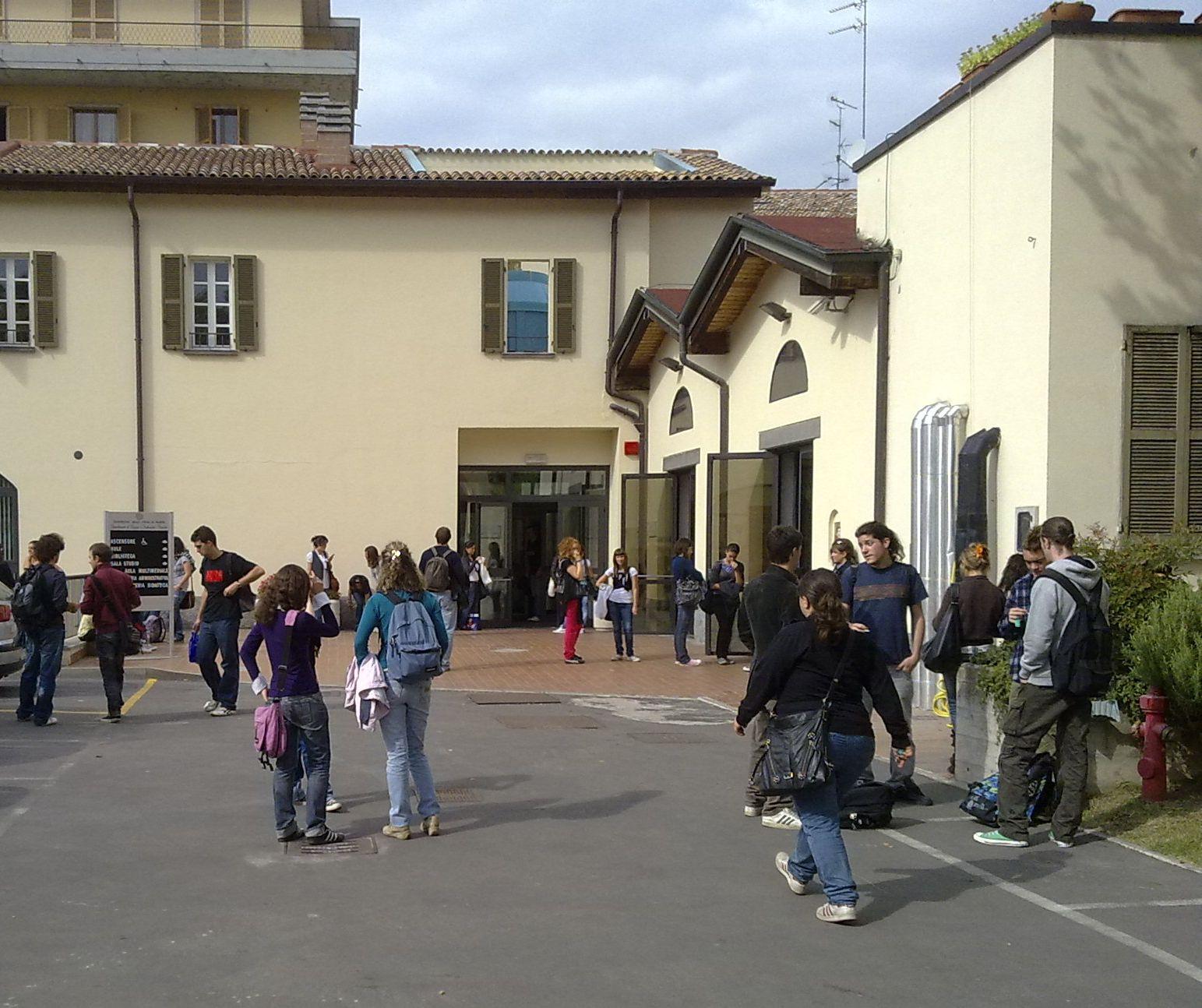 Parma, allatta al seno all'università: allontanata