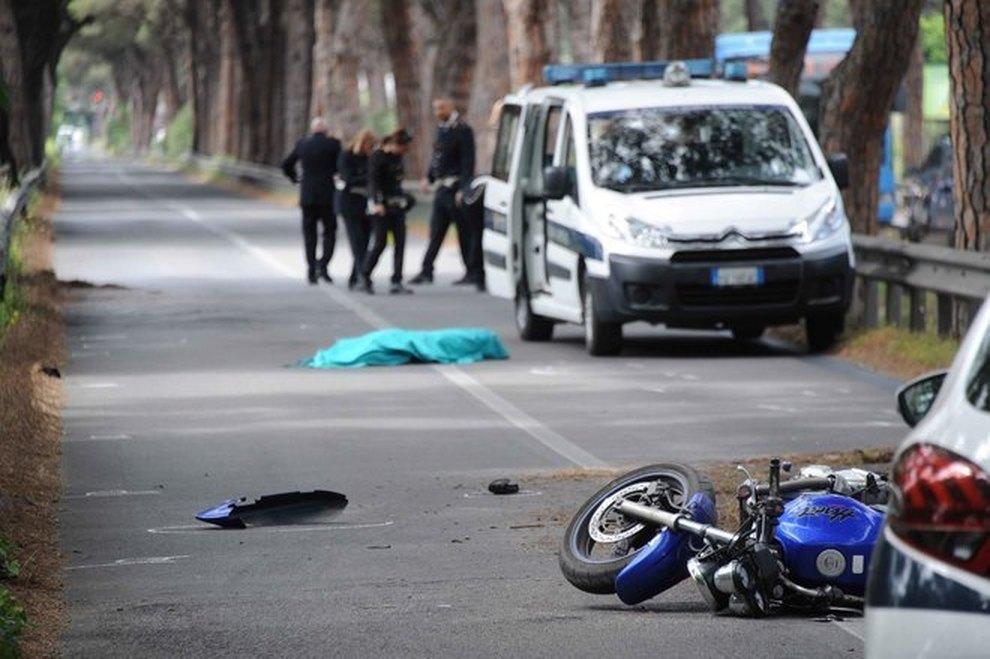 Via Ostiense: moto contro guard rail, 26enne muore