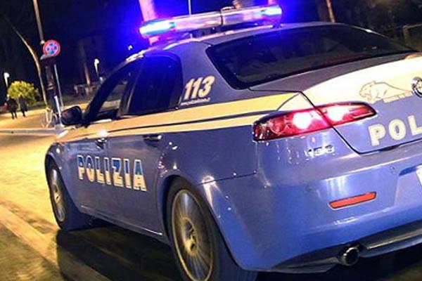 Donna corre nuda e sale sull'auto della polizia