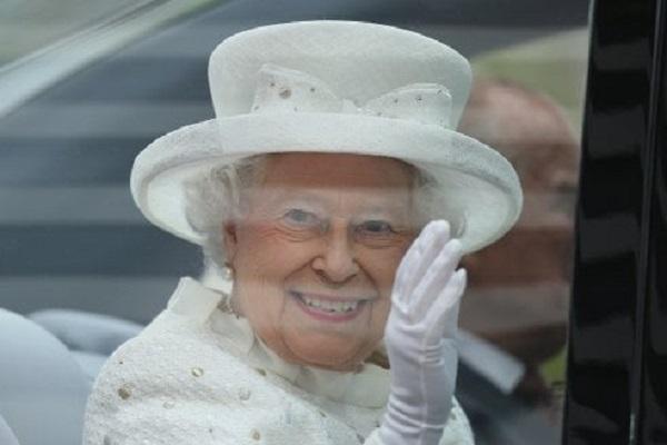 Saluto Regina Elisabetta: il segreto è una mano finta