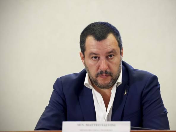 Migranti, Salvini minaccia di chiudere gli aeroporti