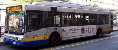 Torino, tenta di prendere il bus 'al volo' e muore