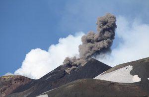 Etna, allarme tsunami: il vulcano scivola sul mare