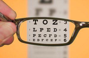 Miopia cause: tecnologia danneggia la vista dei giovani