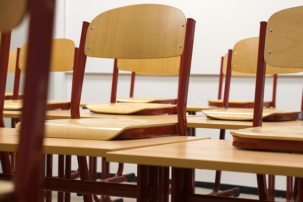 Napoli, neon cade sul banco di scuola: tragedia sfiorata