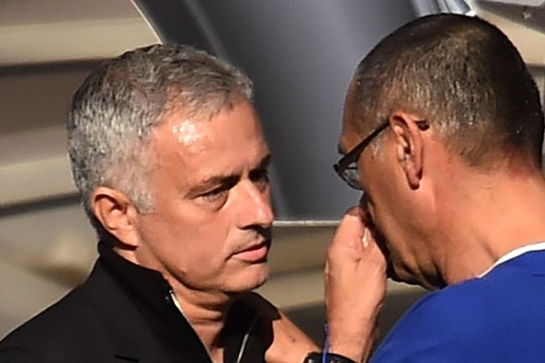 Premier, Sarri mette le dita nel naso e si pulisce su Mourinho