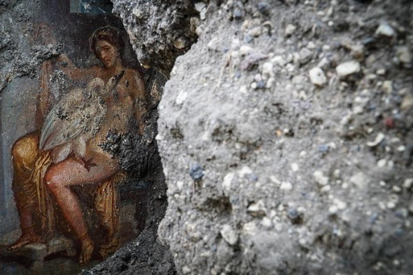 Pompei scoperto un affresco, protagonisti Leda e il cigno