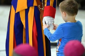 Vaticano, bambino sordomuto interrompe Papa Francesco