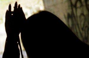 Papà mostro, abusa della figlia per 20 anni e la mette incinta