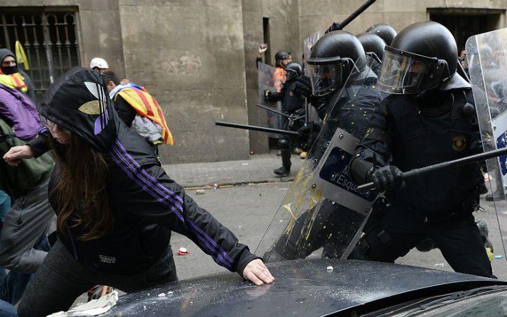 barcellona-scontri-mossos-cdr
