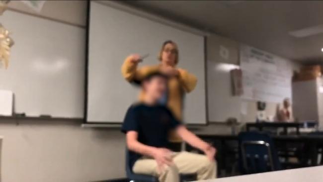 california-prof-taglia-capelli-studente-arrestata
