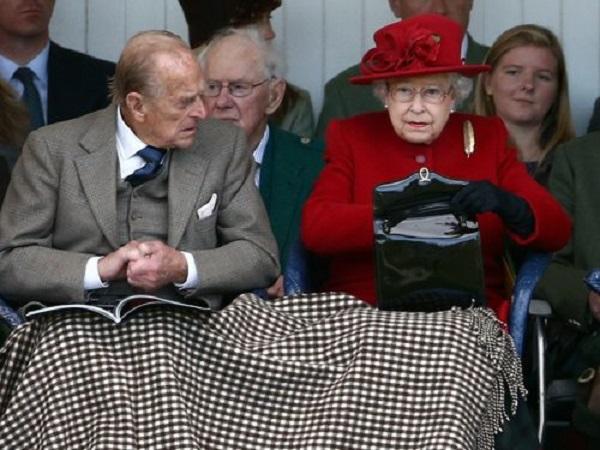 I look della Regina Elisabetta, cosa mette nelle sue borsette