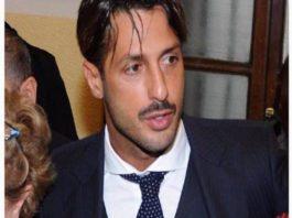 """Frabrizio Corona resta ancora in carcere, l'avvocato: """"Scrive appunti di lavoro"""""""