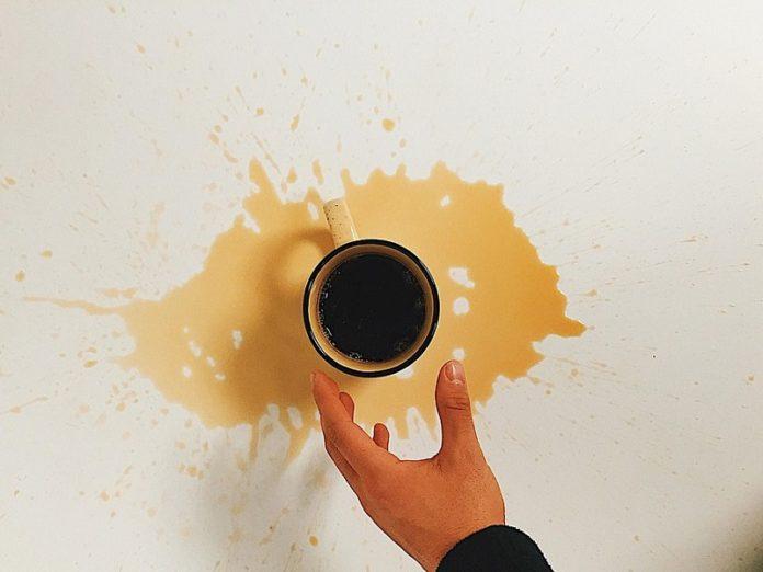caffè macchie vestiti rimuovere